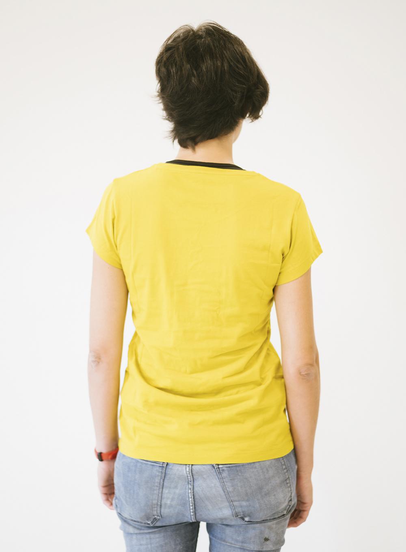 Ana de espaldas con camiseta oro Sputnik