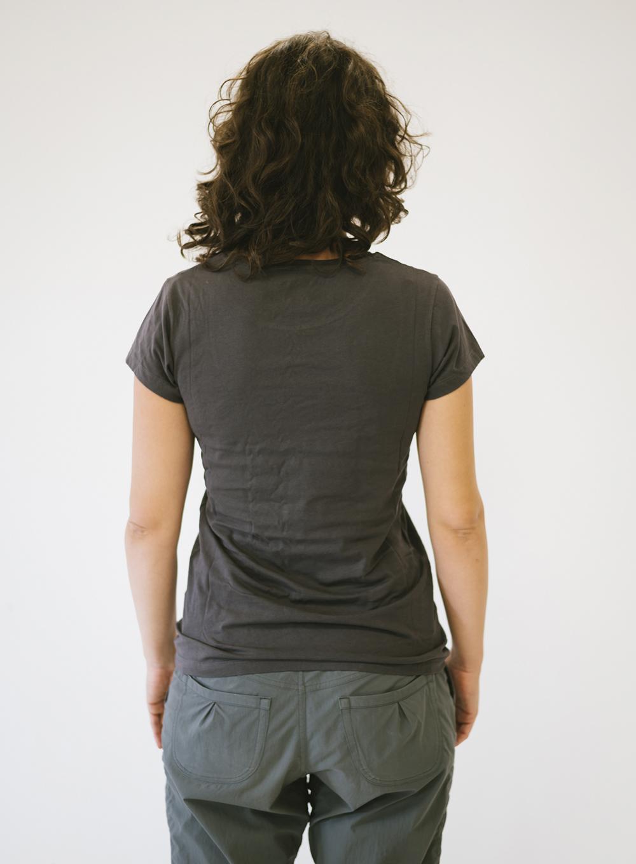Eva de espaldas con camiseta gris Sputnik