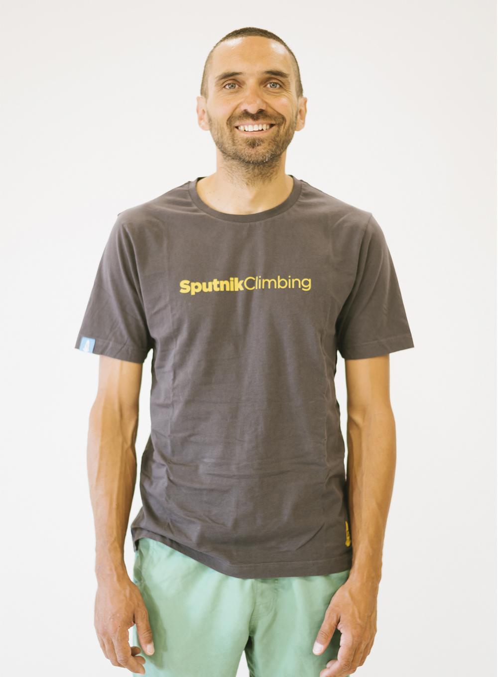 Javi con camiseta gris Sputnik