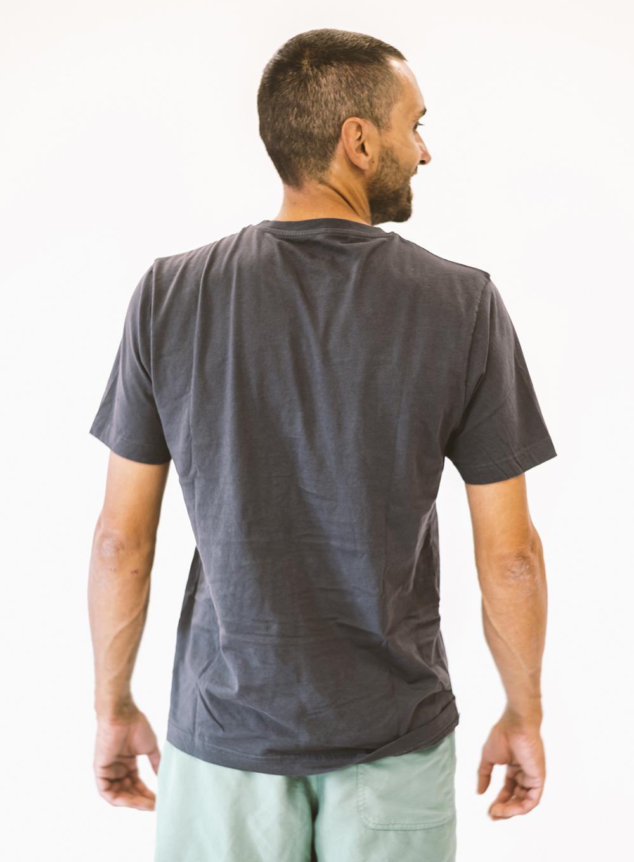 Javi de espaldas con camiseta gris Sputnik